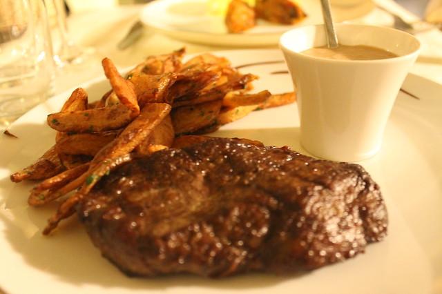 Angus con patatas fritas y salsa de pimienta negra