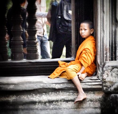 Jeune moine bouddhiste à Angkor Wat. Young buddhist monk in Angkor Wat. www.carnets-yann.com  #cambodia #cambodge #angkor #angkorwat #khmer #siemreap #monk #buddhism #buddhist #lonelyplanet #voyage #voyageursdumonde #travelgram #travellushes #travelphotog