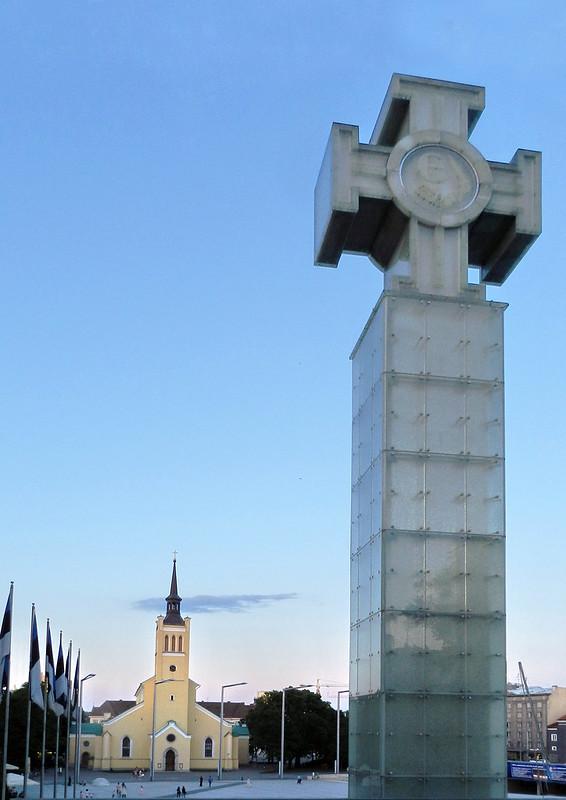 Iglesia de San Juan y Monumento Columna de la Independencia Guerra de la Victoria Plaza de la Libertad Tallin Estonia 01