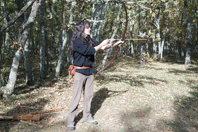 Guía del parque enseñándonos a usar el arco