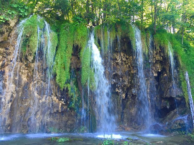 [2016克羅埃西亞Croatia]自助21日Day12.Plitvice National Park十六湖國家公園-上湖,因為可以看的東西很多,我感到非常的放鬆,有藍天和沒藍天差異很大呢! 整個城牆之旅,餐廳Degenija推薦 @ 三口之家 :: 痞客邦