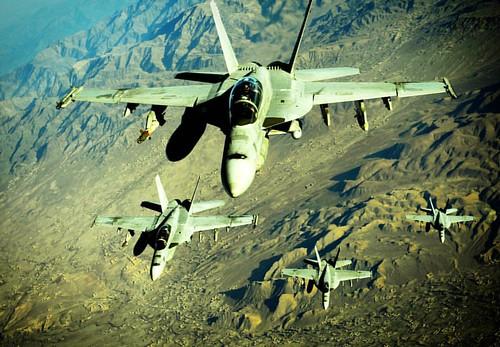 McDonnell Douglas F/A-18 Hornet  Caza  El F/A-18 Hornet es un caza polivalente bimotor de cuarta generación de origen estadounidense con capacidad todo tiempo, para ser embarcado en portaaviones.   Velocidad máxima: 1.915 km/h  Longitud: 17 m  Introducció