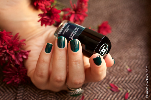 05 Chanel #679 Vert Obscur swatches by Ann Sokolova