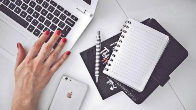 woman-hand-smartphone-desk-001
