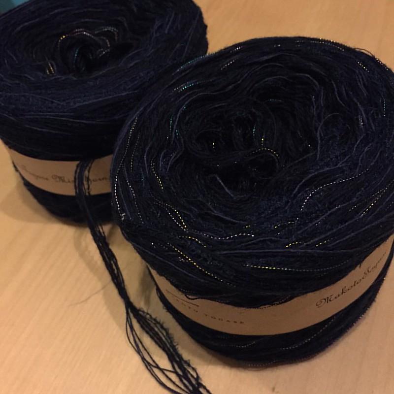 玉川高島屋で即決で買ったMAKOTO TOGASE @makototogase さんの引き揃え糸!! 紺色の極細糸複数+それより太い糸複数+毛羽のある糸(フェザーヤーン?)+玉虫色ラメ糸。バランスが絶妙です。 帽子?ハンドウォーマー?何を編もうかな(✿ฺ-ω-)♪ 今日は充実した1日でした。