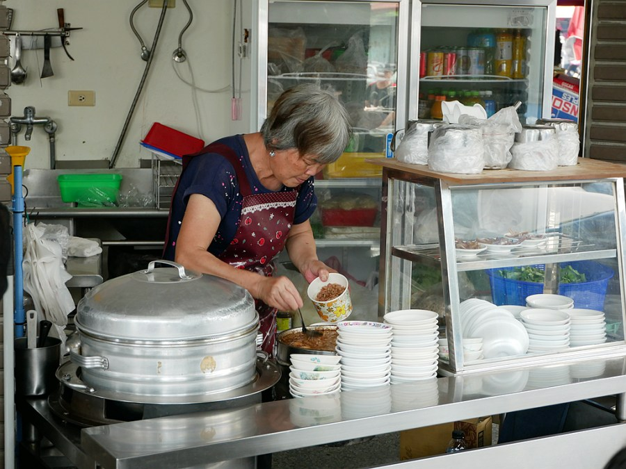 [南投美食]葉家意麵|果菜市場旁銅板美食~湯頭清爽.意麵Q彈 @VIVIYU小世界