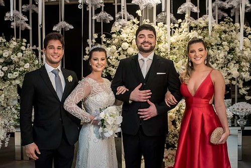 O irmão da noiva, Rafael, com a mulher, Maressa, ladeiam os noivos