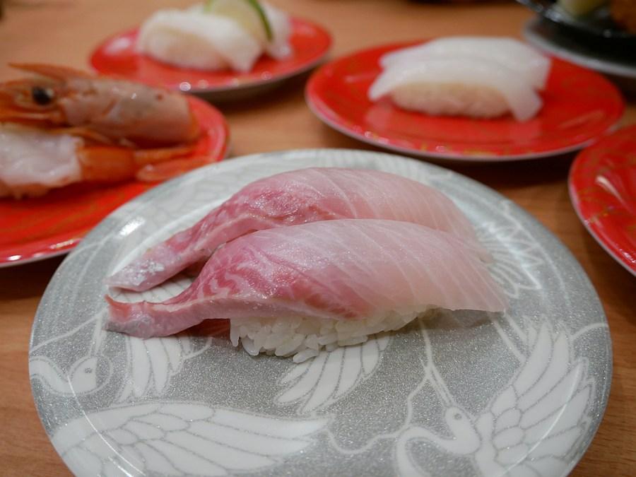 [中壢美食]合點壽司.華泰店|迴轉壽司七種價位任你挑~滿溢鮭魚卵多到滿出來.每日隱藏版壽司和鮪魚上菜秀 @VIVIYU小世界