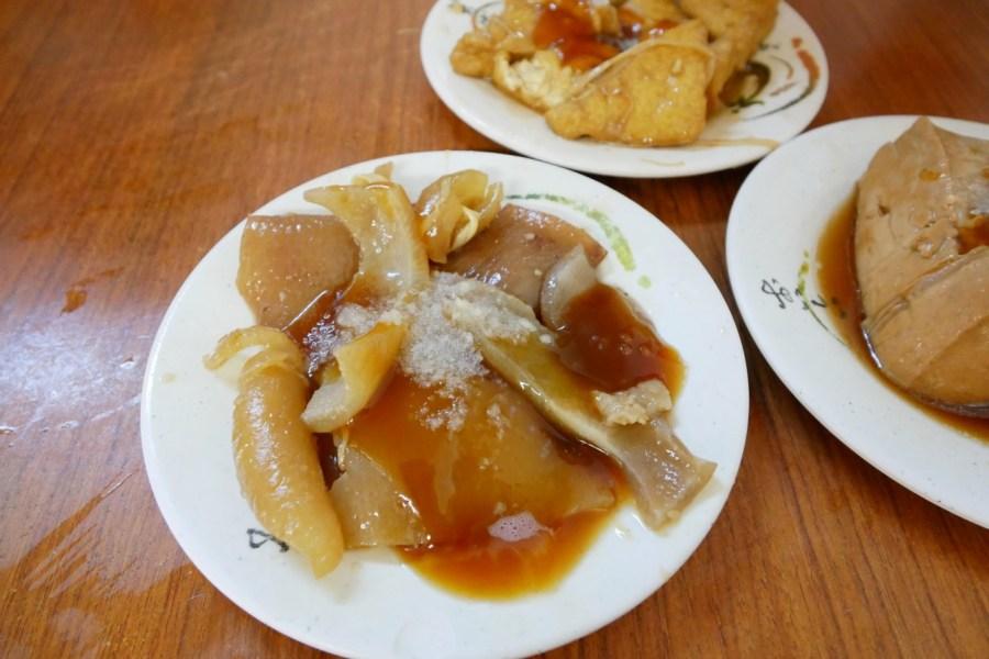 [嘉義美食]嘉義西區仁愛路菜市場|阿溪雞肉飯.晚來吃不到&喜常來青草茶.外帶一杯清涼又解渴 @VIVIYU小世界