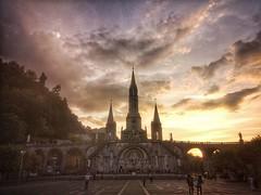 Basilica di Lourdes vista al tramonto. Lourdes Basilica at sunset.