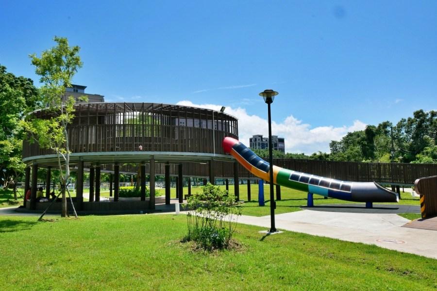 [龜山旅遊]中興兒二公園|桃園免費景點~虎頭山假日花市附近.超大彩色簍空溜滑梯|有超大草坪|遮陽沙池|搖擺式盪鞦韆 @VIVIYU小世界