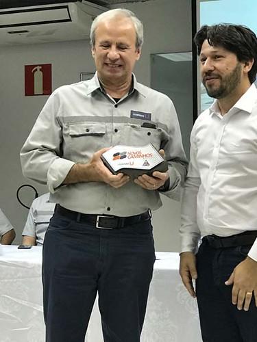 O prefeito de Timóteo, Douglas Wilkins, entrega ao presidente da Usiminas, Sérgio Leite, o primeiro bloco de fabricação do projeto