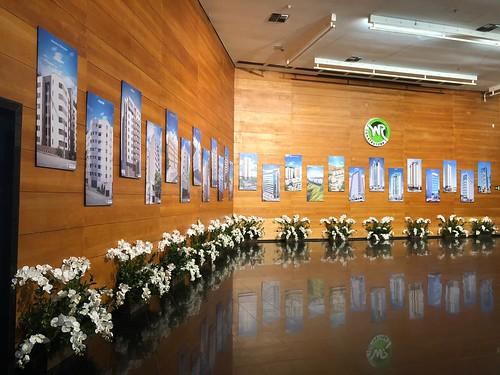Foyer Centro Cultural com exposição das obras WR