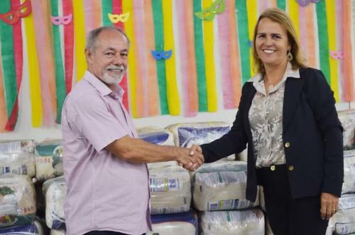 Prefeita Luzia de Melo, de Paraíso, com o diretor do Sindcomércio, João Drumond. Cidade recebeu colchões e cestas básicas - Foto Emmanuel Franco