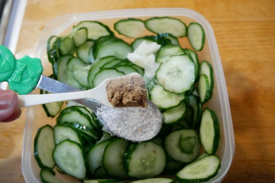[烹飪]涼拌梅子小黃瓜|免開火輕鬆完成涼拌開胃菜~夏日冰箱中的常備菜 @VIVIYU小世界