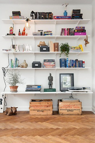 Os caixotes e a estante