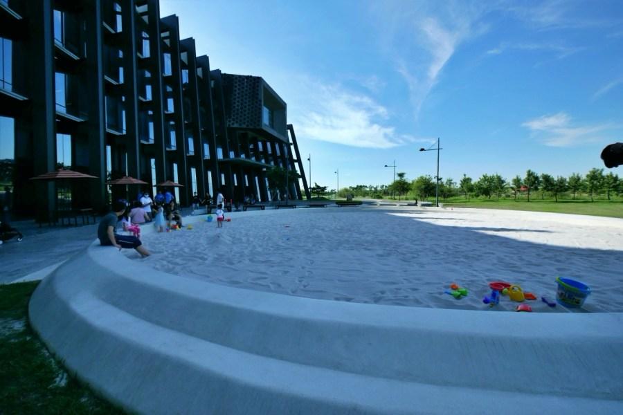 [嘉義旅遊]國立故宮博物院南部院區 免費親子景點~大型跳跳馬和台版波波草出沒.設有紅魔毯溜滑梯、噴水池與白沙坑 @VIVIYU小世界