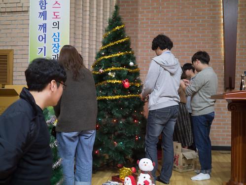Decorating Christmas Tree_MDY_191124_5