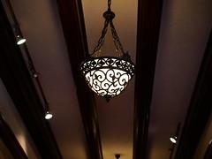 食堂への廊下のシャンデリア
