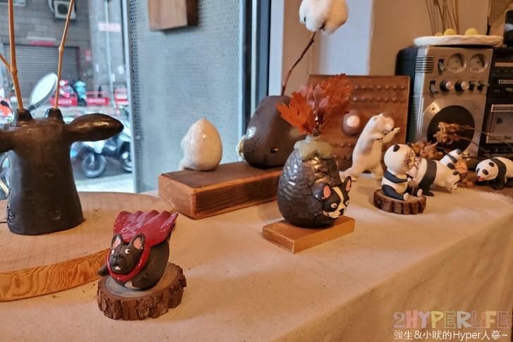50351450742 fd0650d27c c - 僻靜巷弄裡的低調咖啡館,謐所的咖啡甜點表現都不錯,型男老闆手作逗趣陶藝品也很逗趣喔!