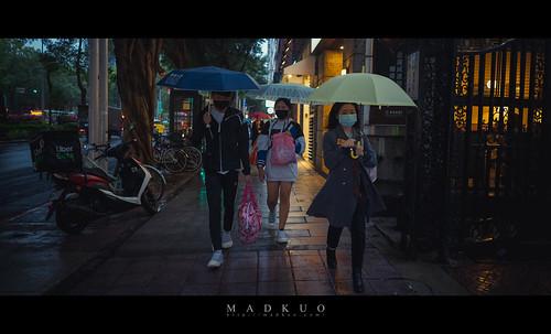 情人節的台北東區-雨,這天氣加上節日,落單的人看起來更孤單