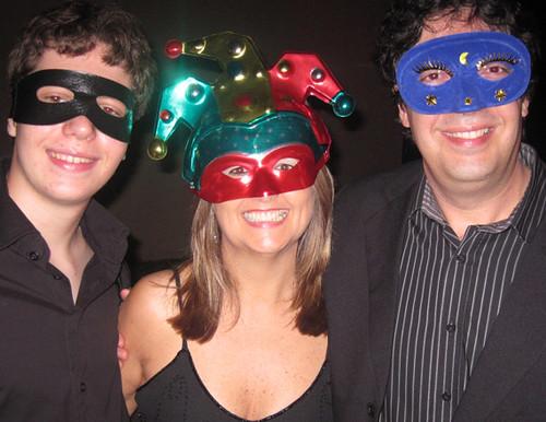 Márcia Ruy entre seus dois mascarados queridos, Rodrigo e Carlos Lovato