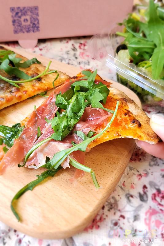 51244275614 04c385ba2d c - 有著萌萌臉的粉紅色披薩盒超少女心,有種披薩主打南義巴里式薄皮披薩,副餐選擇也不少!