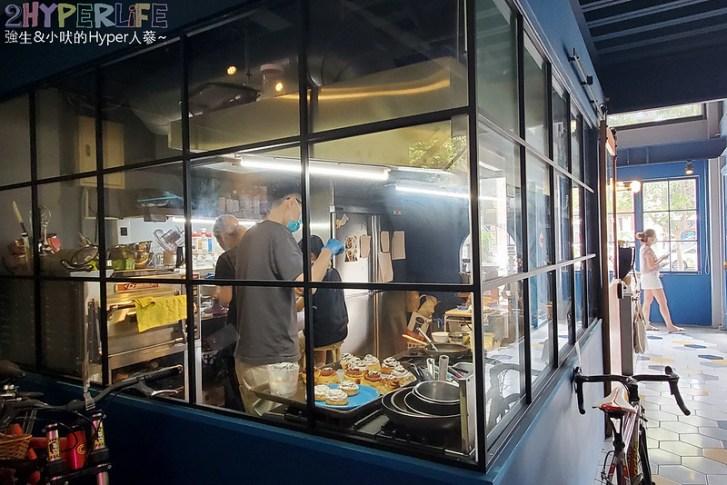 51309786567 97acdeb6d6 c - 有著大片落地窗的地中海藍咖啡館,Pluto Espressoria的肉桂捲也不少人推薦!