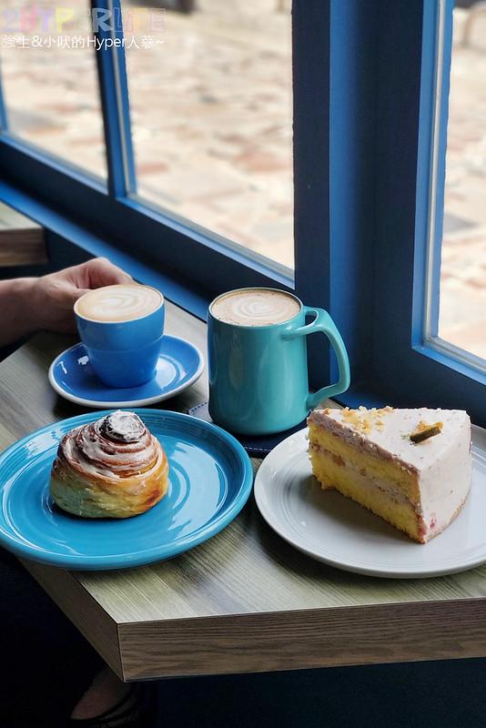 51311253114 a04a62a05b c - 有著大片落地窗的地中海藍咖啡館,Pluto Espressoria的肉桂捲也不少人推薦!