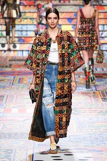 Na passarela Dolce Gabanna, o barroco se incorpora ao jean e camiseta, tranformando-o