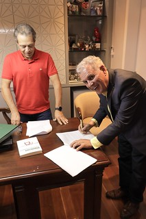 Eugênio De Zagottis, Vice-presidente do Grupo RD, e Altair Vilar, Presidente do Grupo Cartão de TODOS, assinam o contrato de parceria, na sede do grupo em Ipatinga (MG)
