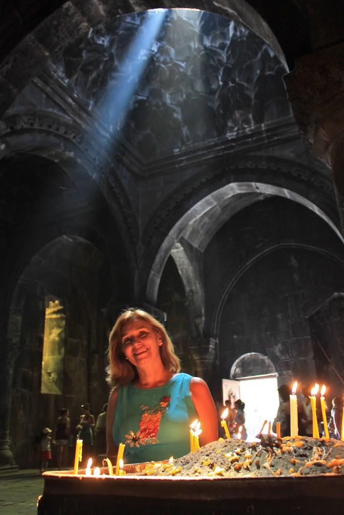 Tante Léna en prière, monastère de Geghard, Arménie