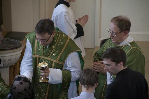 Comunhão distribuída aos fiéis ajoelhados e na língua. E olha lá a mantilha!