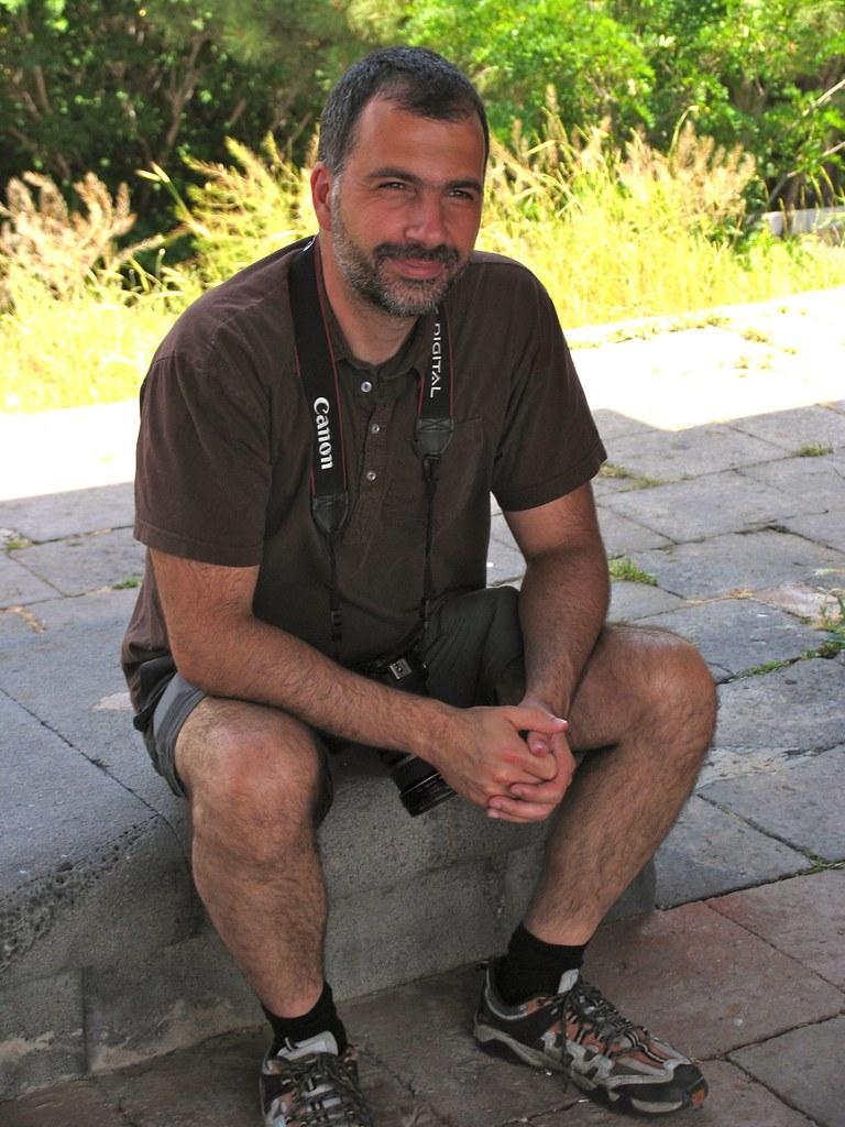 Souriant sous l'Arc de Charentes, Erevan, Arménie