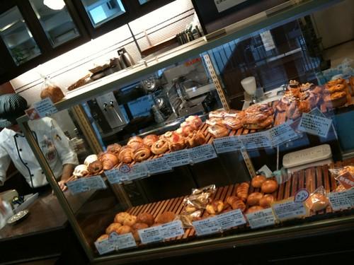 今日のランチは上原の丸正近くのこじゃれたパン屋さんで購入。