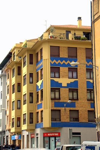 Edificios de viviendas en la confluencia de la calle Teobaldos y la calle Amaya