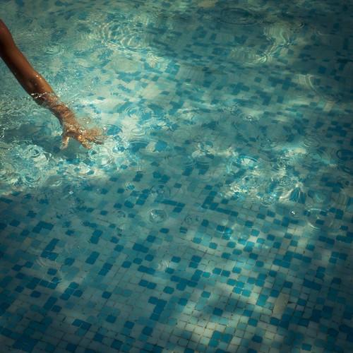 Une main dans l'eau (Piscine de l'hôtel, Bulgarie 2010) - Photo : Gilderic
