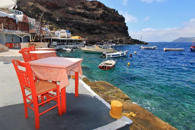Au bord de la baie Amoudi, Santorin