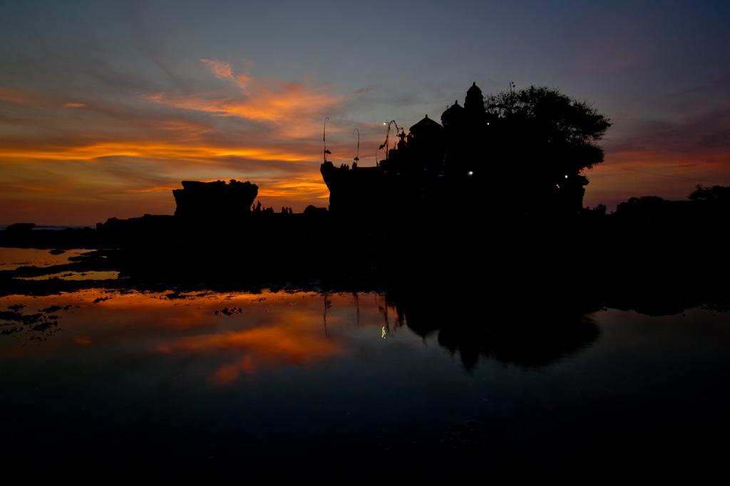 J76 / Silhouette : Le temple de Tanah Lot