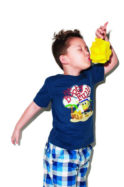小男生穿的深藍T恤也可愛,海綿寶寶可是住在藍藍的深海裡啊。