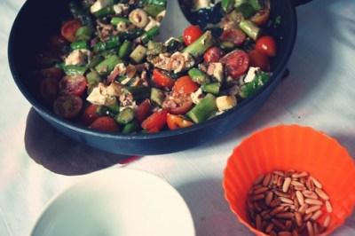 warmer salat mit grünem spargel, tomaten & feta