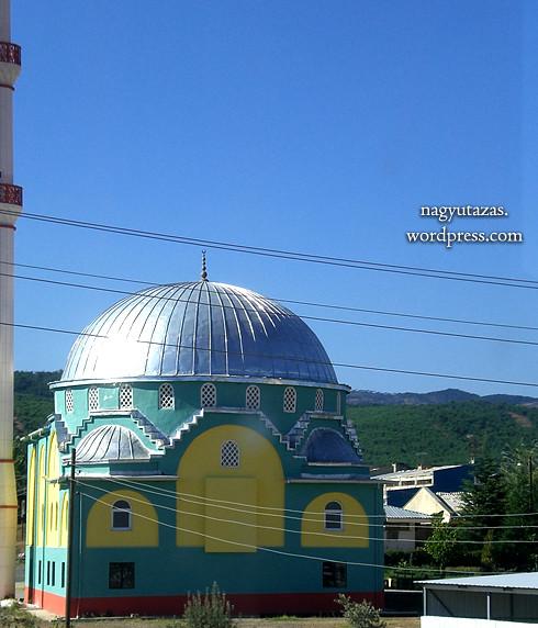 Zöldellő útszéli mecset