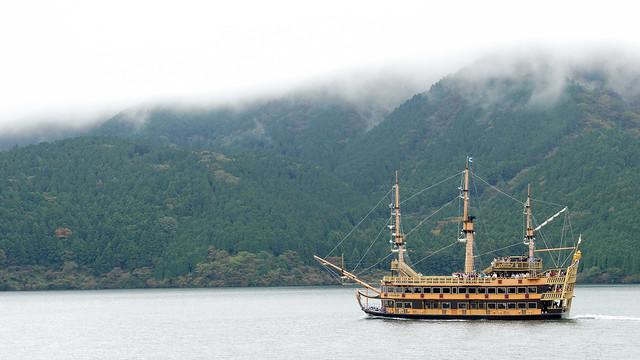 海賊船互相開過來開過去,繞圈圈方式遊湖