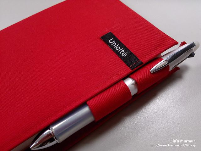 這樣的筆插很耐用,且只要把筆插入上下兩個筆插,日誌本就不會散開了。