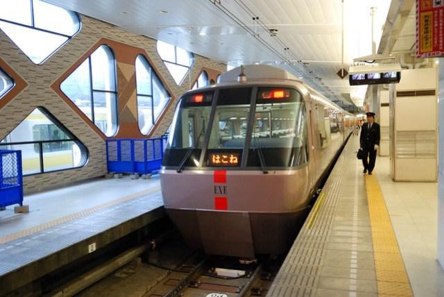 往箱根可以搭小田急電鐵,其中 Romance Car 是叫快速的班車,但除了 PASS 外還要額外付費