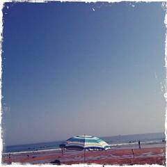 Le ciel, le parasol, le soleil et la mer...