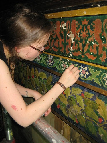Applying filling material to a damaged area of the murals