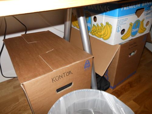 22.42 - Fixar det sista med EFIT och trängs med kartongerna under, bredvid och på skrivbordet