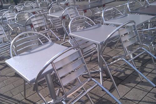 Chaises sur terrasse vide.