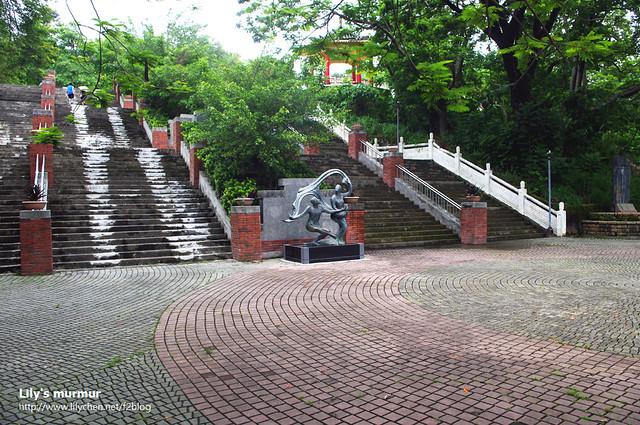 往孔廟的階梯看起來小小的,但其實沒那麼難走。